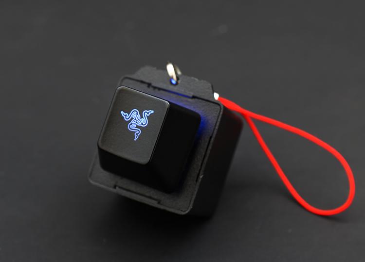 每一支雷蛇聯名款鍵盤皆會附贈一顆發光鑰匙圈