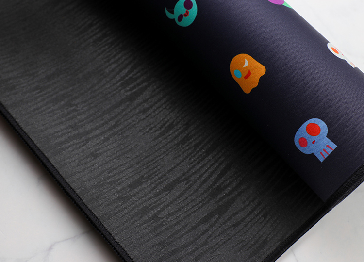 Fitted with a rubber base to enhance grip, preventing the mousepad from sliding.